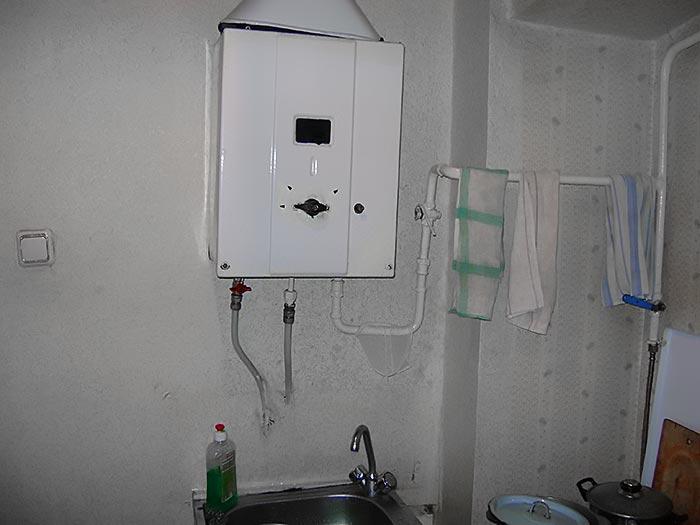 дизайн малогабаритной кухни с газовой колонкой.